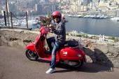 Prin Monaco, lui Felipe Massa îi este mai uşor cu un… scuter. Evident, roşu şi cu siglă Ferrari!