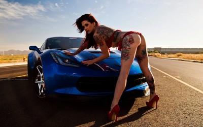 Masini si fete: Sexy Nikki Nichole pozează cu GMC și Corvette